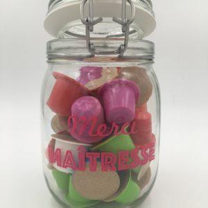 petit bocal rempli de capsules